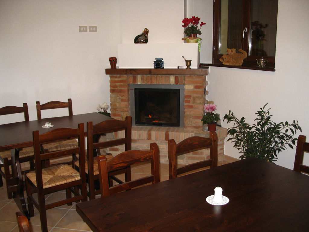 Sala Da Pranzo Con Camino Collegata Al Living Ha Un Tavolo Con Panca  #2F1C12 1024 768 Sala Da Pranzo Country Chic